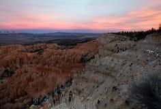 在布莱斯峡谷国立公园的场面日落的在冬天 库存照片