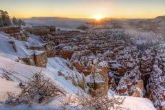 在布赖斯峡谷沈默城市的冬天日出 免版税库存照片