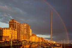 在布赖顿惊人的日落的彩虹拥抱 免版税图库摄影