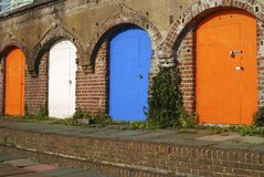 在布赖顿沿海岸区的海滩小屋。英国 免版税库存照片