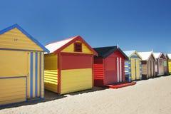 在布赖顿海滩的有吸引力的沐浴的配件箱 库存图片