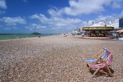 在布赖顿海滩英国的镶边deckchairs 库存照片