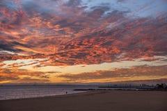 在布赖顿海滩,澳大利亚的印象深刻的日落天空 免版税图库摄影