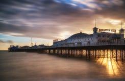 在布赖顿码头的冬天日落长的曝光。 免版税图库摄影