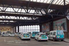 在布赖顿,英国乘出租车在火车站之外的驻地 免版税库存图片