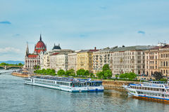 在布达佩斯市的全景视图从渔夫本营 免版税图库摄影