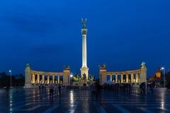 在布达佩斯晚上视图的英雄正方形 其中一个主要正方形在布达佩斯,匈牙利 图库摄影