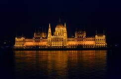 在布达佩斯的被阐明的议会的看法 免版税库存照片