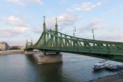 在布达佩斯美丽的布达佩斯桥梁的铁锁式桥梁 布达佩斯桥梁最佳的Szechenyi桥梁在多瑙河的 免版税库存照片