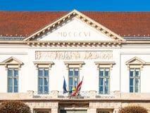在布达城堡附近的山多尔宫殿在布达佩斯,匈牙利,欧洲 鼓膜详细的看法与罗马数字年1806 免版税图库摄影