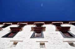 在布达拉宫白色墙壁上的Windows  免版税库存照片