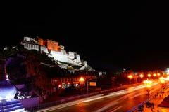 在布达拉宫的夜在西藏 图库摄影