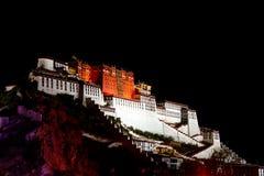 在布达拉宫的夜在西藏 库存照片