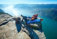 在布道台巨型的峭壁上面(挪威)的愉快的家庭 库存照片