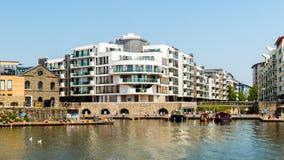 在布里斯托尔小游艇船坞旁边的豪华公寓 免版税库存图片
