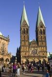 在布里曼大教堂附近的游人,集市广场的在布里曼的中心,德国 库存图片