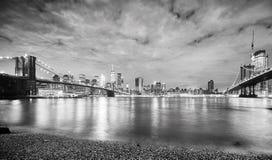 在布鲁克林和曼哈顿桥梁之间的纽约 免版税库存图片