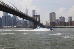 在布鲁克林大桥下的鲨鱼快艇 库存图片