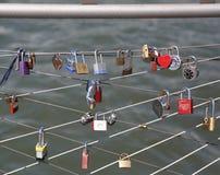 在布鲁克林大桥公园爱锁在纽约 免版税库存图片