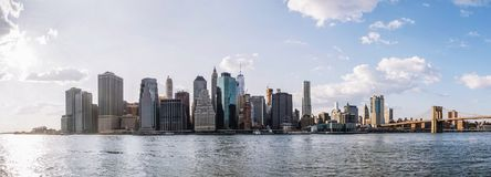 在布鲁克林大桥图和曼哈顿地平线,美国的全景 免版税库存图片