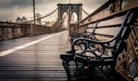在布鲁克林大桥的偏僻的长凳 免版税库存图片