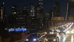 在布鲁克林大桥的夜交通在纽约,纽约,美国软的焦点 股票录像