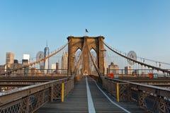 在布鲁克林大桥的晚上光 免版税库存图片