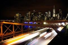 在布鲁克林大桥的汽车通行在纽约-美国 免版税库存图片