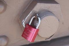 在布鲁克林大桥的爱锁在纽约 免版税库存照片