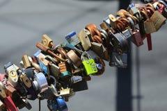 在布鲁克林大桥的爱锁在纽约 免版税库存图片