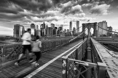 在布鲁克林大桥的赛跑者 免版税库存图片