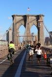 在布鲁克林大桥的走道在纽约 库存图片