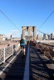 在布鲁克林大桥的走道在纽约 库存照片