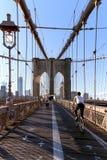 在布鲁克林大桥的走道在纽约 免版税图库摄影