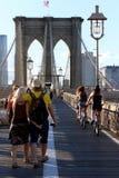 在布鲁克林大桥的走道在纽约 图库摄影