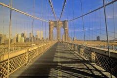 在布鲁克林大桥的走道在途中向曼哈顿,纽约, NY 免版税库存照片