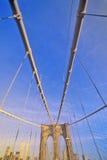 在布鲁克林大桥的走道在途中向曼哈顿,纽约, NY 免版税库存图片