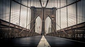 在布鲁克林大桥的雨天 免版税库存照片