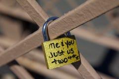 在布鲁克林大桥纽约的爱锁 免版税库存照片