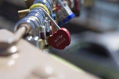 在布鲁克林大桥纽约的爱锁 免版税库存图片