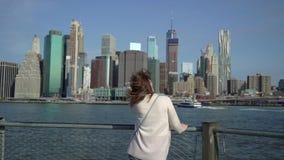 在布鲁克林大桥附近的年轻女人 股票视频