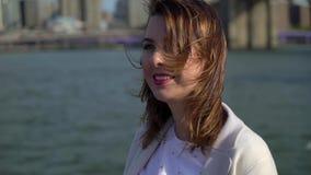 在布鲁克林大桥附近的年轻女人 股票录像