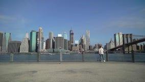 在布鲁克林大桥附近的年轻女人 影视素材