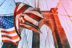 在布鲁克林大桥顶部的美国旗子 有在背景的深蓝天,在那里前景是所有导线  免版税图库摄影