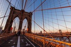 在布鲁克林大桥,纽约的2015年11月日落金黄小时联合国 免版税图库摄影