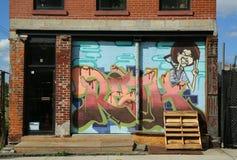 在布鲁克林的红色勾子部分的墙壁上的艺术 库存照片