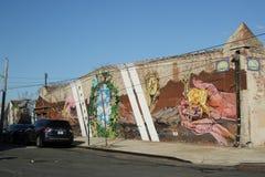 在布鲁克林的红色勾子部分的墙壁上的艺术 免版税图库摄影
