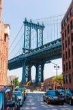 在布鲁克林街道纽约美国的曼哈顿桥梁 免版税图库摄影
