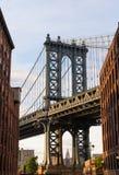 在布鲁克林街道纽约美国的曼哈顿桥梁 库存图片