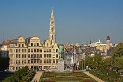 在布鲁塞尔从, ` Mont des艺术`公园有历史房子的和市政厅的尖顶的看法 免版税库存照片